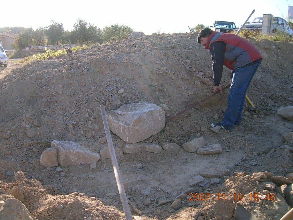 L'ajout de grosses pierres dans le muret donne du poids et de la stabilité à l'ensemble.