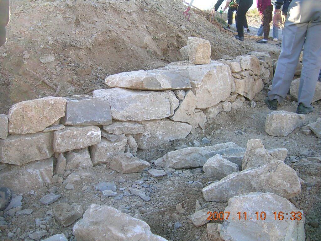Les premières pierres. Beauté et stabilité demandées.