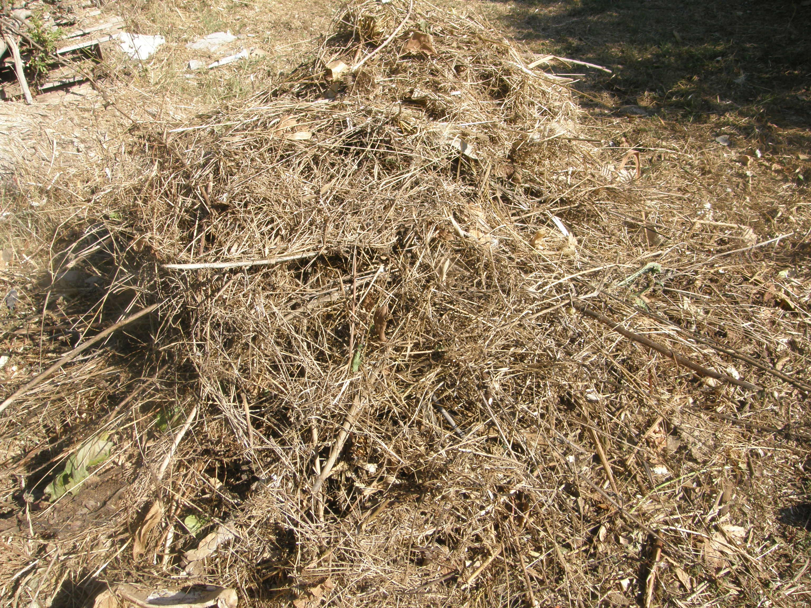 Comme les feuilles, la paille et le foin se broient difficilement dans un broyeur. La solution se trouve dans la lame en U d'une débroussailleuse à dos.
