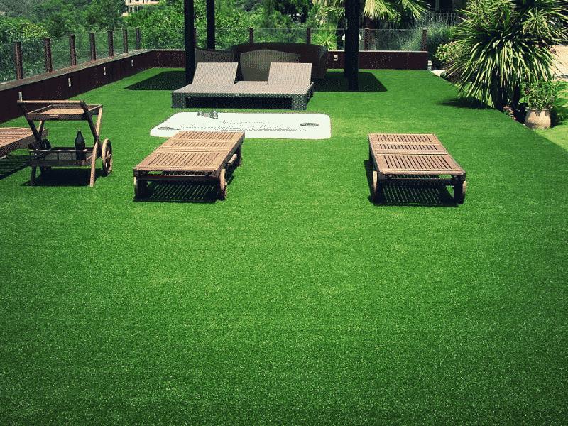 pelouse synthétique autour d'un spa